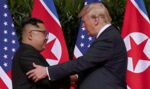 Momen Bersejarah Trump Dan Kim Jong Un Berjabat Tangan