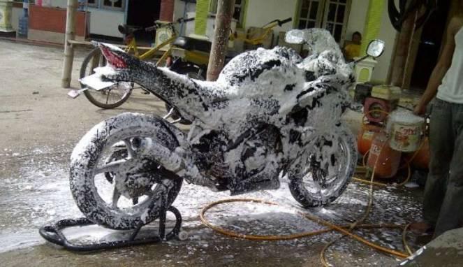 Efek Buruk Mencuci Motor Saat Masih Keadaan Mesin Panas