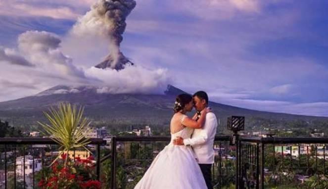 Eruspsi Gunung Berapi Tak Halangi Pernikahan Pasangan Ini