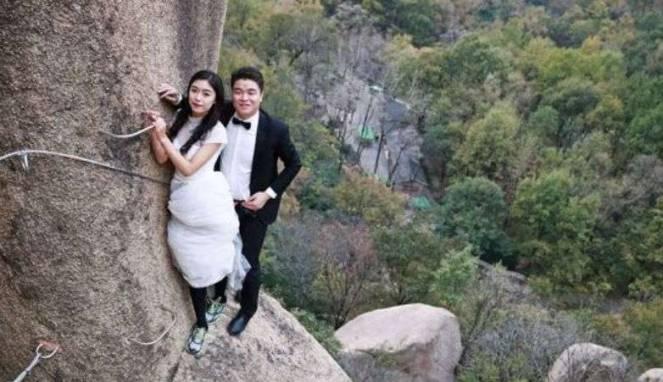 Pasangan Ini Pilih Lokasi Ektrem Untuk Foto Pernikahan