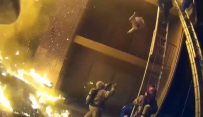 Petugas Pemadam Kebakaran Menyelamatkan Seorang Anak Dengan Dramatis