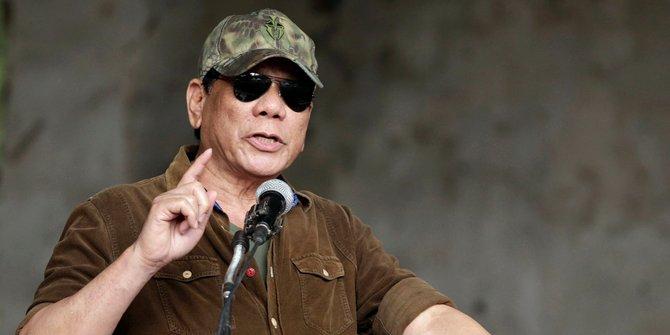 Presiden Filipina Kunyah Permen Karet Untuk Redam Sakit