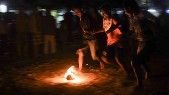 Kebiasaan Santri Cirebon Yang Bermain Bola Api Saat Bulan Ramadhan