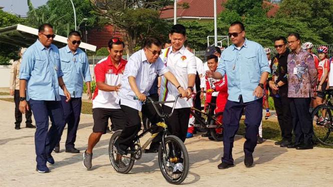 Jusuf Kalla Mencoba Sepeda BMX di Arena Asian Games
