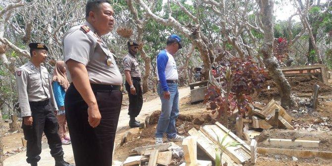 Belasan Batu Nisan Di Malang Dirusak Orang Tak Dikenal