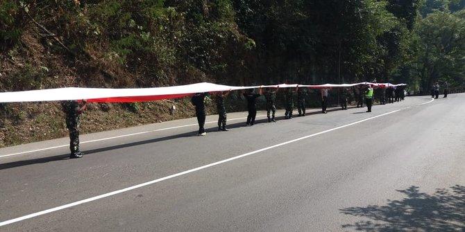 Bendera Merah Putih Dibentangkan Sepanjang 2 KM Di Sumedang