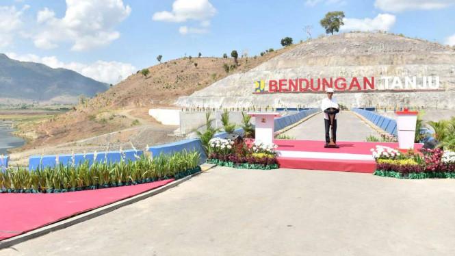 Cerita Jokowi serta Sepatu Sneakers Buatan Anak Bangsa