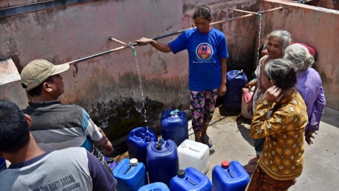 Pemerintah Berikan Bantuan Air Bersih Karena Kebakaran Merbabu