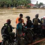 Warga Gunakan Getek Untuk Aktivitas Dikarenakan Jembatan Roboh