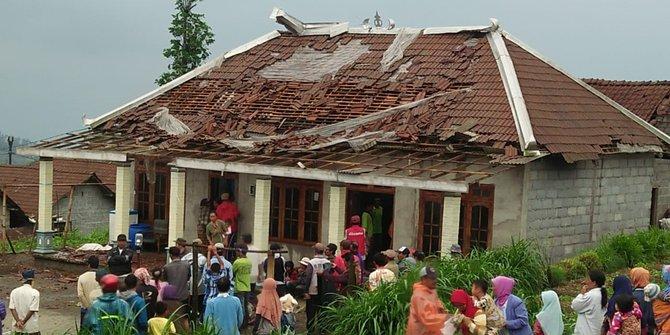 Diterjang Puting Beliung Ratusan Rumah Di Sukabumi Porak Poranda