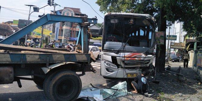 Hindari Pemotor Bus Mira Menabrak Pohon Di Kartasura Sukoharjo