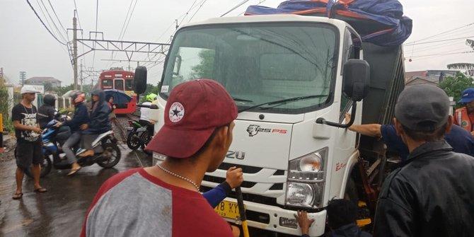 Perjalanan KRL Bogor Sempat Terganggu Karena Truk Anjlok Di Citayam