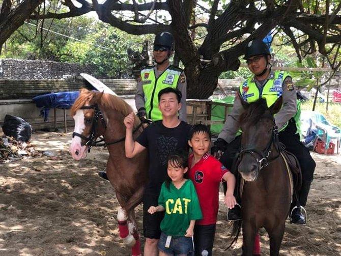 Polisi Berkuda Siap Berpatroli Di Pantai Kuta
