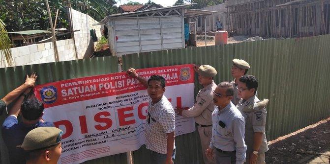 Satpol PP Menyegel Bangunan Milik Bupati Buru Selatan Di Tangsel