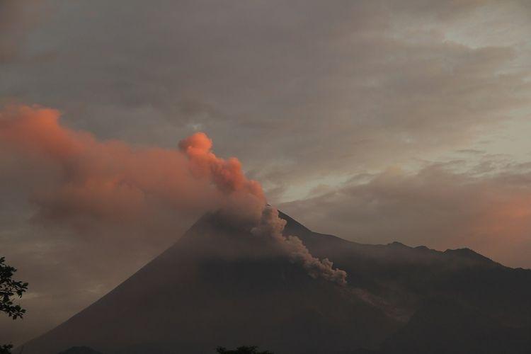 Gunung Merapi Pagi Ini Mengeluarkan Awan Panas Guguran 3 Kali