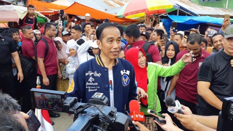Jokowi Mengatakan Harga Pangan Stabil saat Kunjungi Pasar di Kendari
