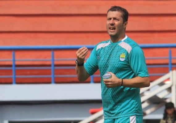 Manajer Persib Mendukung Pemakaian Teknologi VAR di Liga 1