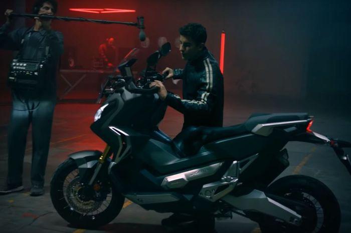 Marquez Bermain Musik Menggunakan Sepeda Motor Skuter Matik
