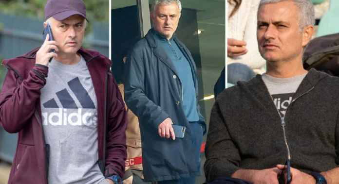 Mourinho Terlihat Selalu Memegang Telpon Seluler Sejak Didepak MU