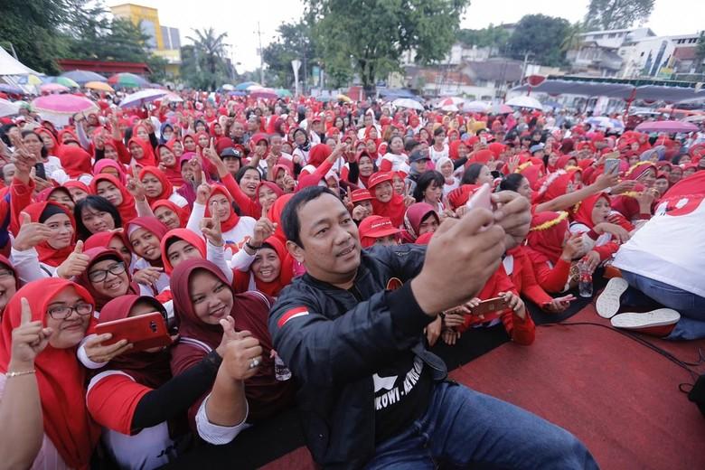 Ribuan Perempuan Turun ke Jalan Mendukung Jokowi di Semarang